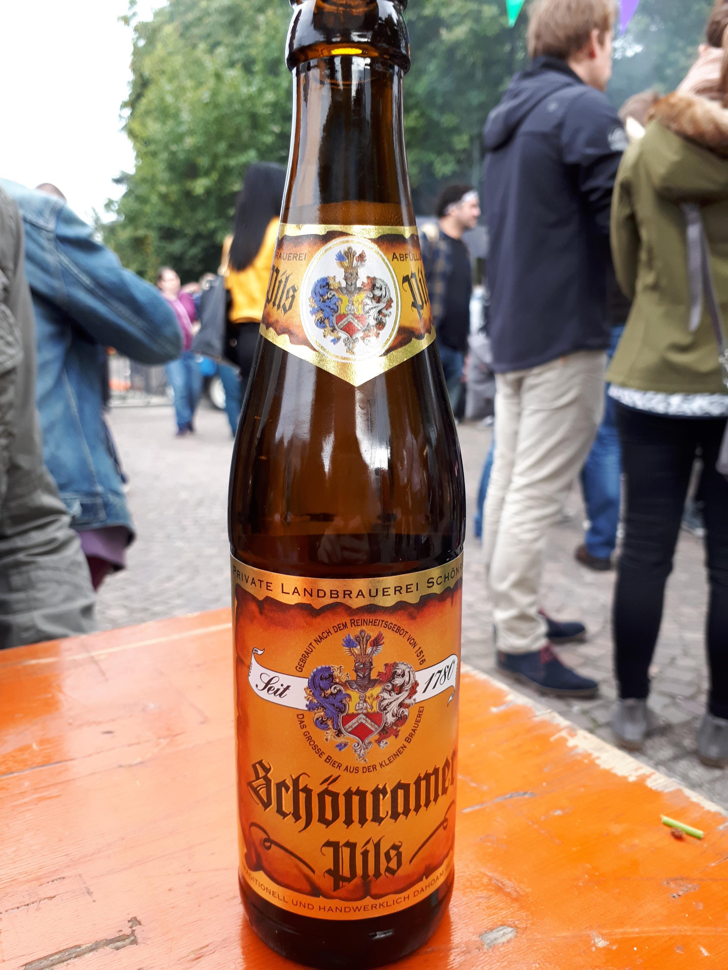 """Zur Abkühlung darf ein Bier vom """"Bierlager"""" natürlich auch nicht fehlen. Prost!"""