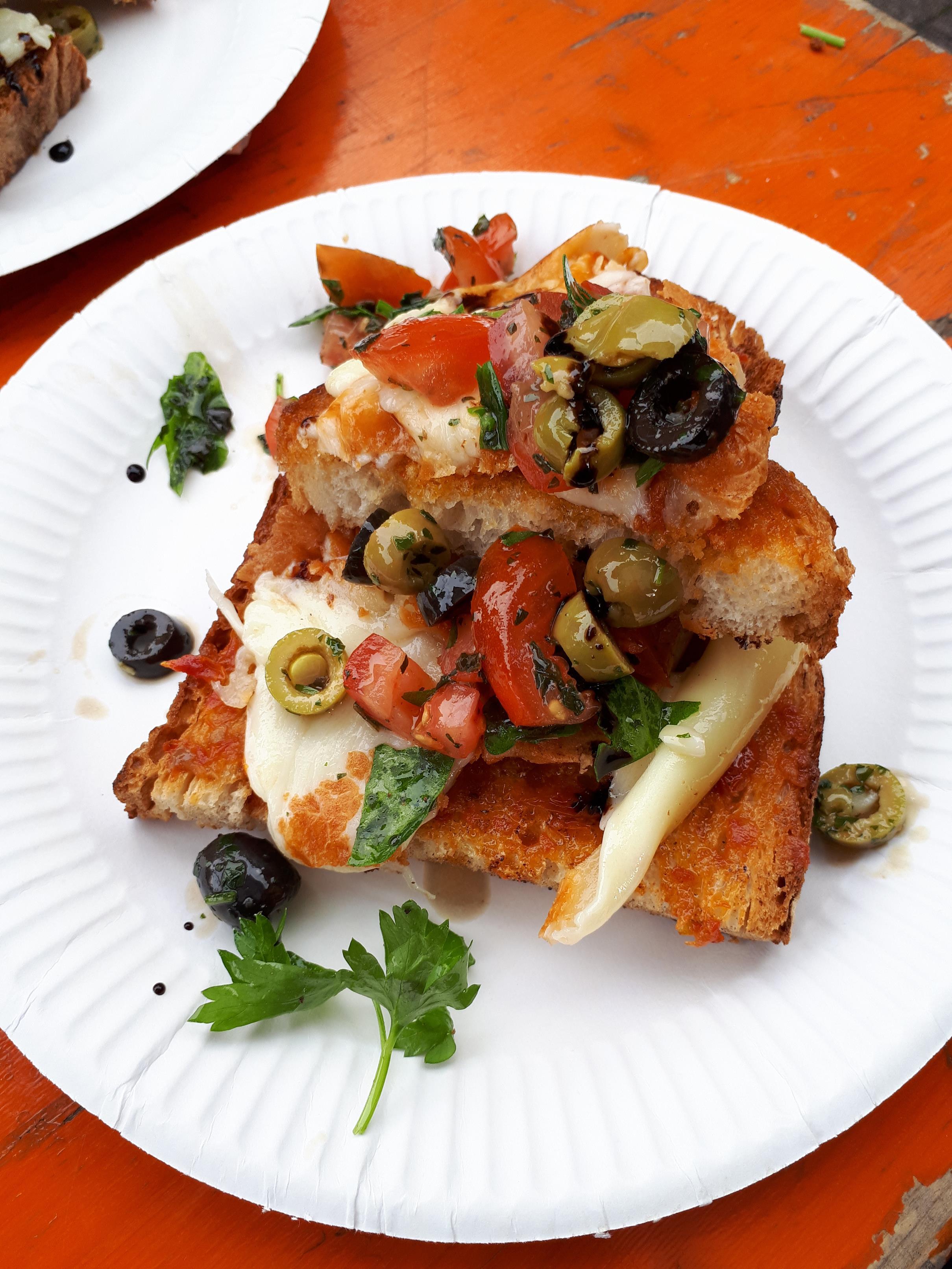 """Für alle Käseliebhaber von """"Provolino"""": einmal mit Tomatenpesto und frischem Rucola, das andere mit Olivenpesto und frischen Tomaten"""