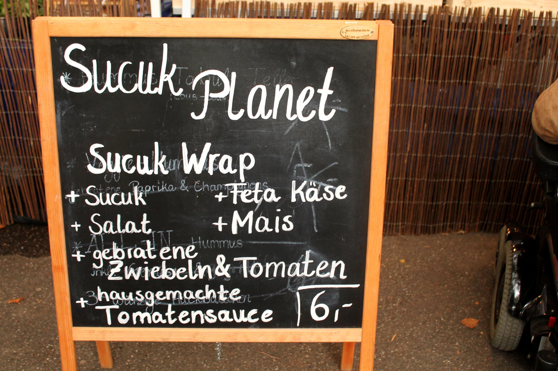 """Wraps von """"Sucuk Planet"""" mit Sucuk, Feta, Salat, Mais, Zwiebeln, Tomaten und Tomatensoße! Hmmm, lecker!"""