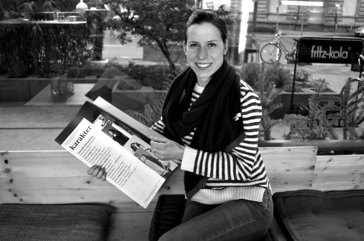 Julia mit der ersten Ausgabe von 'karakter'.