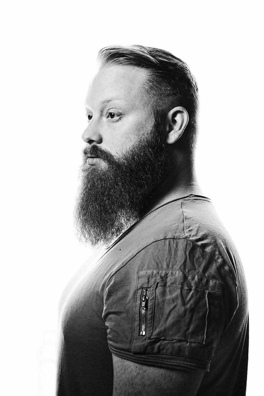 Seitliches Portrait von CHA. Foto von Sebastian Ritter.