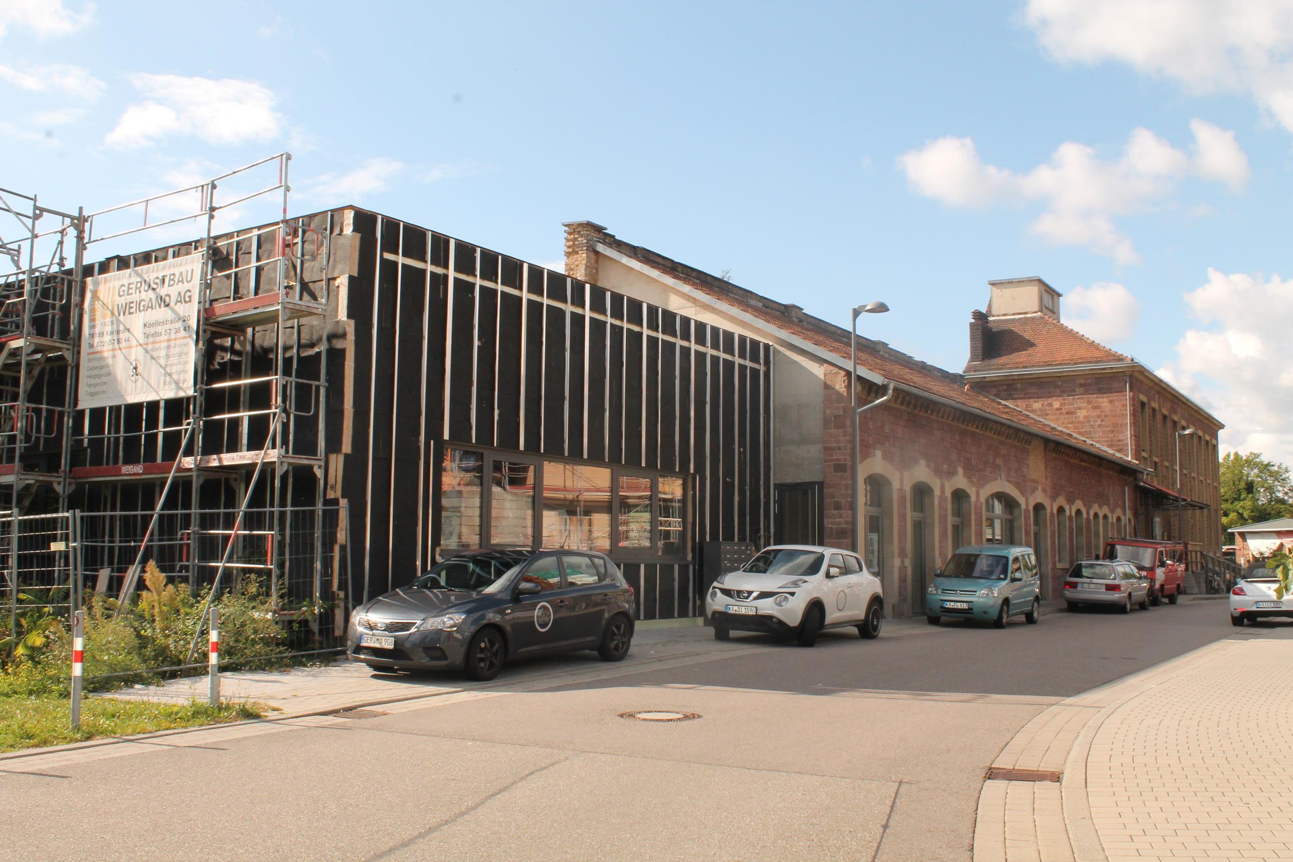 Die Großmarkthalle von außen: Trotz schwarzem Gerüst sind die Ateliers im Inneren schon bezogen! Im Hintergrund ist die Fettschmelze zu sehen.