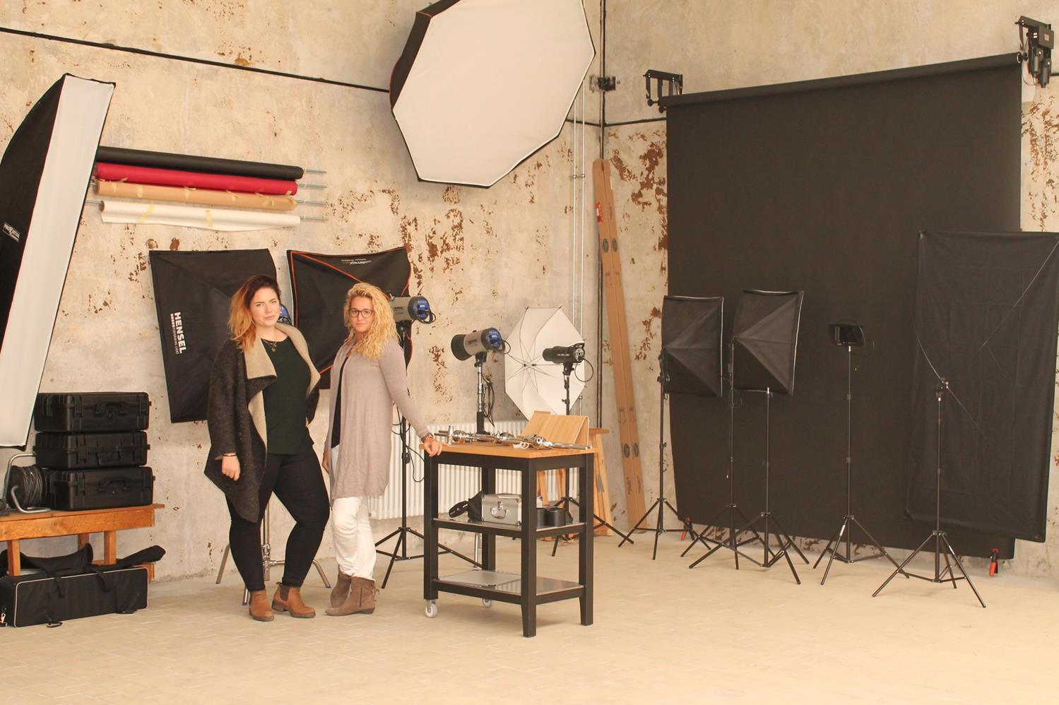 Mara Blazincic und Sabrina Hochstetter von HOCH WERK in ihrem Studio