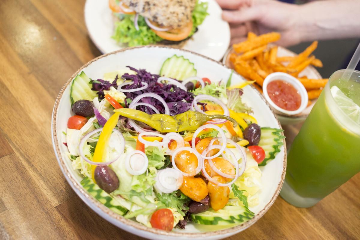 Salate, Burger, Pommes, Gurkenlimo - alles vegan