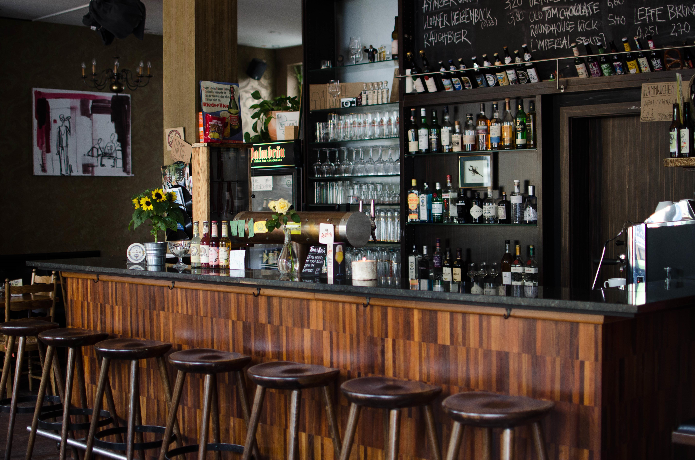 Die Theke im Phono - Bier, Whiskey und Gin stehen in den Startlöchern!