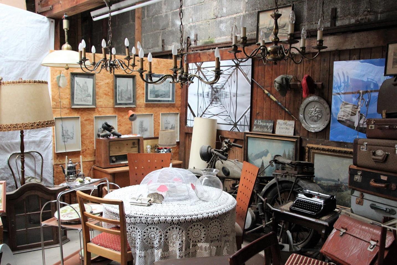 Lampen, Kronleuchter, Stühle, Koffer, Bilder, eine alte Schreibmaschine - man weiß gar nicht, wo man zuerst hinschauen soll!