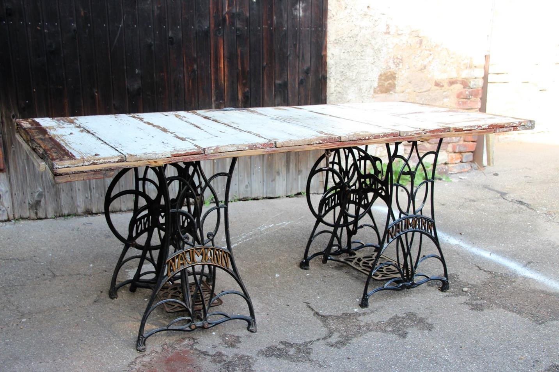 Ein einzigartiger Tisch, draußen im Hof, im Hintergrund die Scheune!