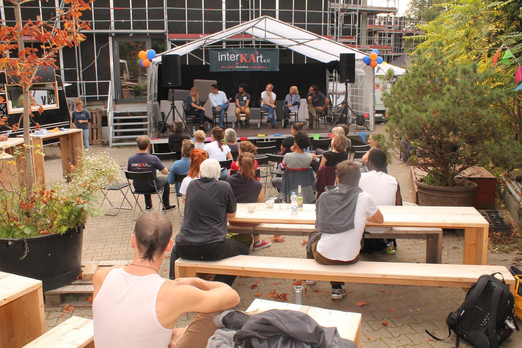 In der großartigen Location der Fettschmelze im Hintergrund die Bühne mit den Gästen, vorne die Zuschauer. Ein interaktives Gespräch, das unter die Haut ging - jeder konnte seine Fragen loswerden.