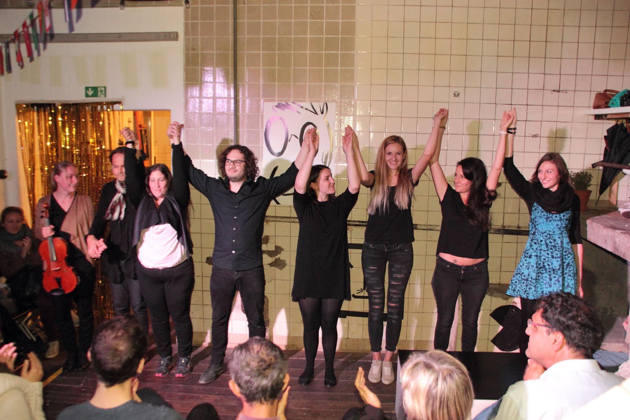 """Das Finale der Theateraufführung """"[K]eine Ahnung von Heimat"""", das von der Theaterpädagogin Daniela Kastner und ihrer Theatergruppe initiiert wurde."""