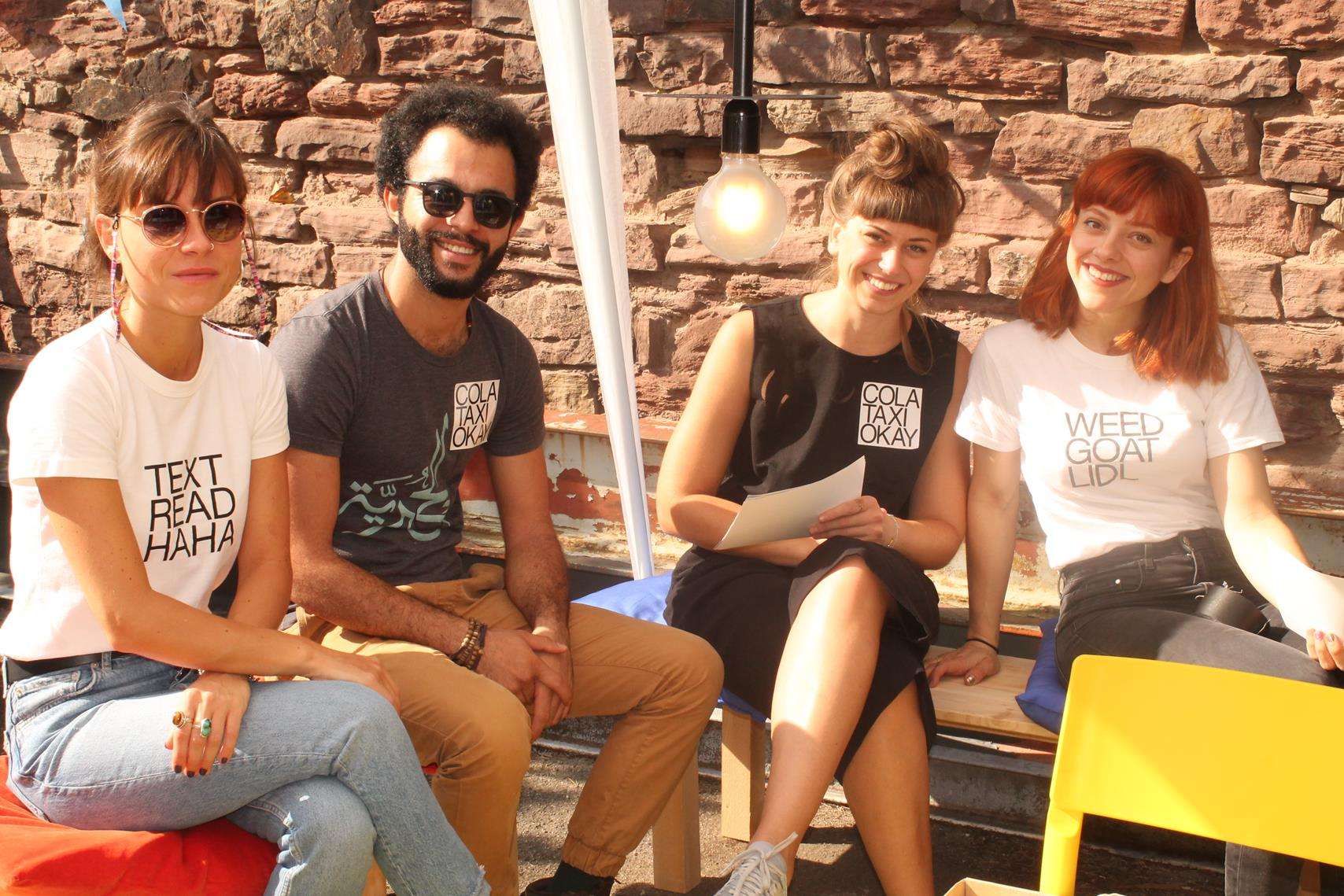 Die Mitarbeiter des COLA TAXI OKAY, einem Kultur- und Projektraum im Zentrum von Karlsruhe, der ein Treffpunkt von Menschen mit und ohne Migrationshintergrund und jeden Alters bietet, um sich gegenseitig auszutauschen.