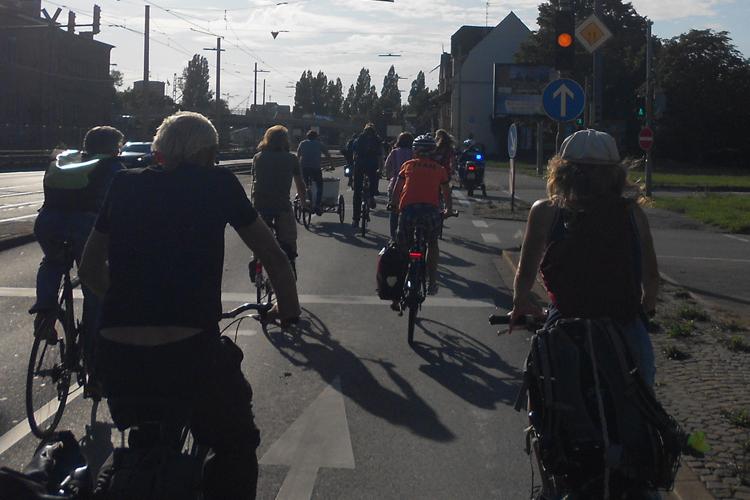 Über rote Ampeln und vielbefahrene Straßen zieht der geschlossene Verbund Critical Mass Karlsruhe