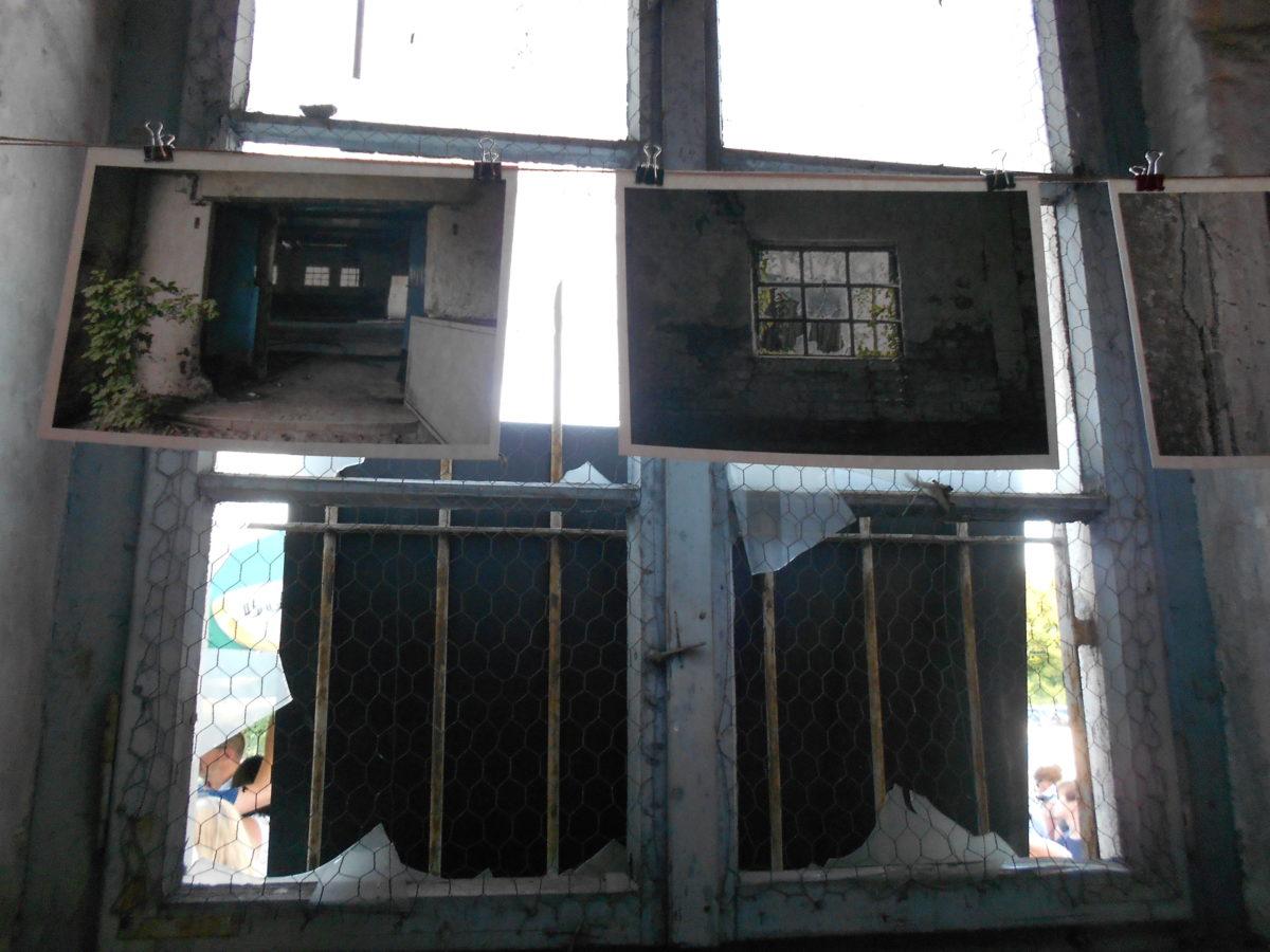 Im Inneren verstärken Catharina Hoepfners Fotografien von Lost Places den industriellen Charme des denkmalgeschützen Gebäudes