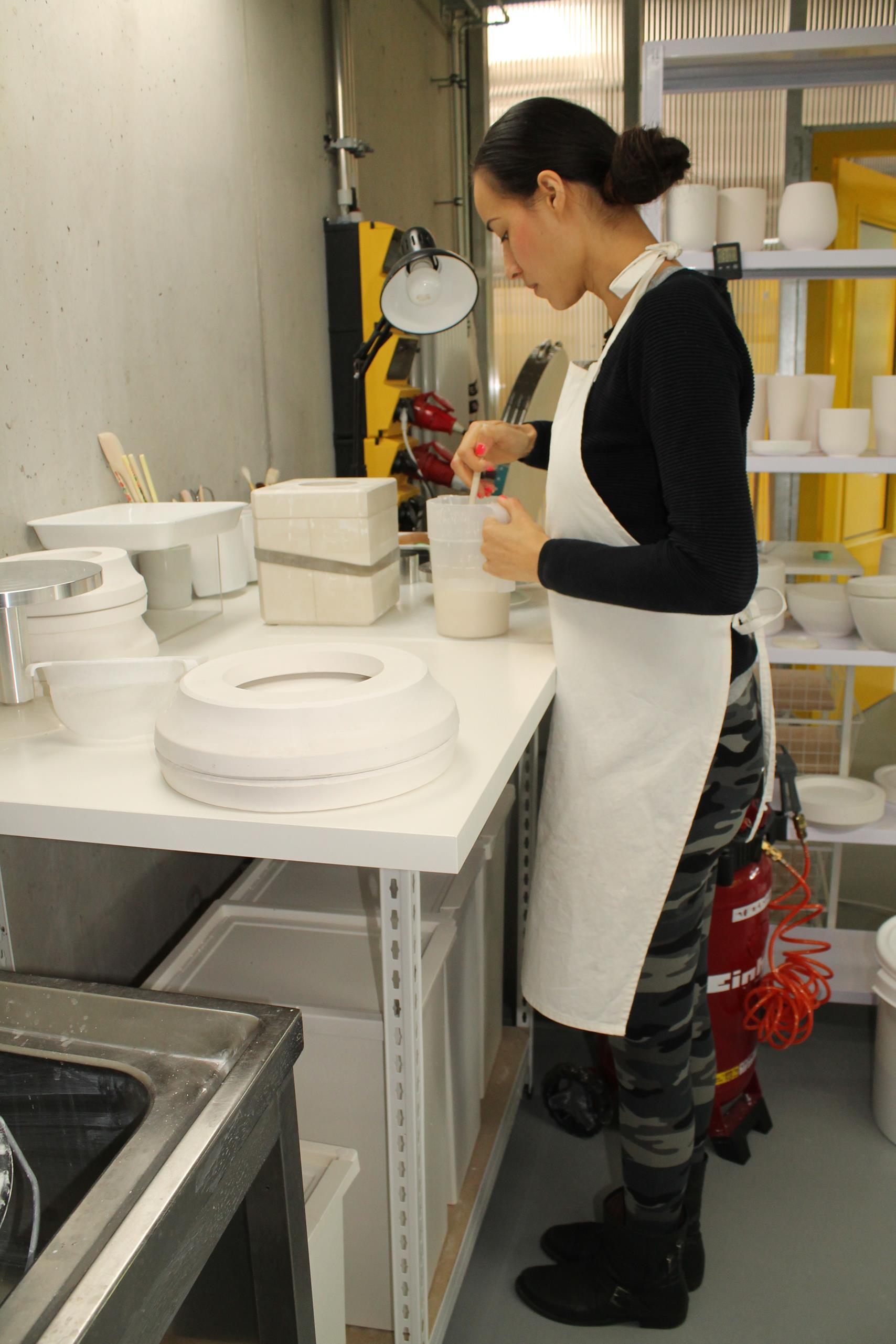 Kerstin Hendik von monâne in ihrem Atelier bei der Arbeit.